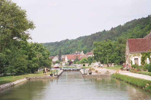Leaving the lock above Maille-la-Ville
